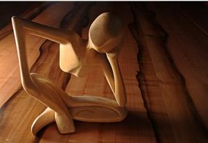 Imagem-de-forma-em-madeira-de-corpo-feminino-sentado-no-chao-com-pernas-cruzadas-e-cabeca-inclinada-em-uma-das-maos_01